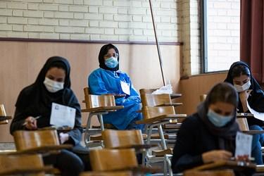 حضور یکی از داوطلبان در جلسه آزمون دکتری 99 با لباس گان در دانشگاه شریف