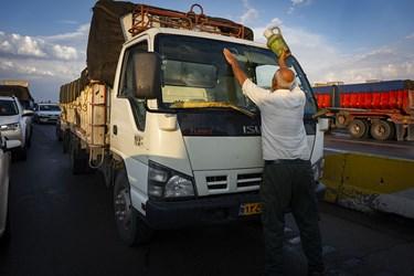 تمیز کردن خودرو پشت ترافیک ناشی از جاری شدن سیل