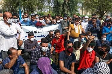 کارگران شرکت نیشکر هفت تپه هنگام استماع سخنان نمایندگان مجلس
