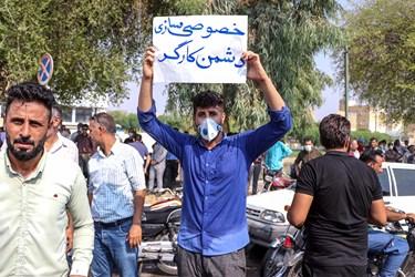 تجمع کارگران شرکت نیشکر هفت تپه در مقابل ساختمان فرمانداری هشرستان شوش در استان خوزستان