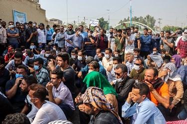 کارگران شرکت نیشکر هفت تپه هنگام استماع سخنان نمایندگان مجلس و اعضای کمیسیون اصل90