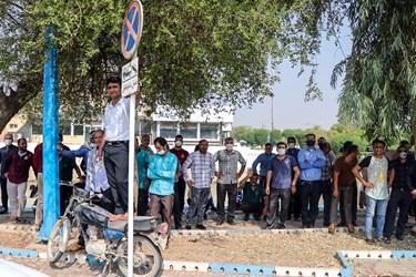 کارگران شرکت نیشکر هفت تپه هنگام استماع سخنان نمایندگان مجلس و اعضای کمیسیون اصل 90