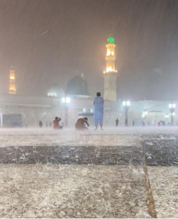 13990513000521 Test NewPhotoFree - خوشحالی زائران از بارش رحمت الهی در مسجدالنبی(ص) +فیلم