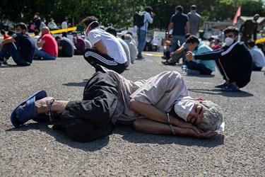 متهم دستگیر شده در سومین مرحله طرح کاشف، در میدان صبحگاه آگاهی شاپور به خواب رفته است.