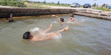 تابستان ۴۰ درجهای و آبتنی نوجوانان در کانالهای مرگبار/ شهرستان ۳۵ هزار نفری اصلاندوز استخر ندارد!+تصاویر