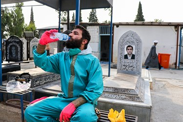 محمدجواد بازیار بعد از غسل و کفن متوفای کرونا در حال استراحت و نوشیدن آب است.