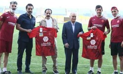 اهدای پیراهن باشگاه پرسپولیس به دو پیشکسوت