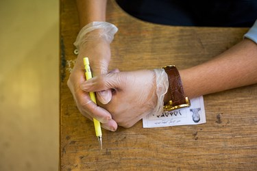 استفاده از دستکش جهت مقابله با ویروس کرونا در آزمون کارشناسی ارشد