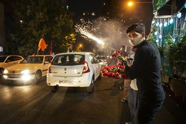 توزیع گل به مناسبت عید غدیر در محله اختیاریه تهران