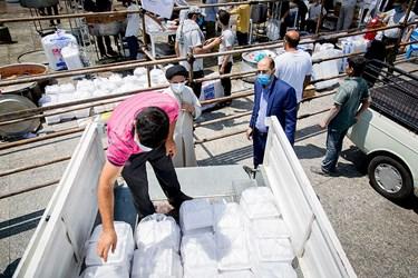 غذاهای آماده شده توسط گروه های جهادی به مناطق محروم ارسال میشوند/ طرح پویش ملی مائده غدیر در میدان امام حسین (ع)