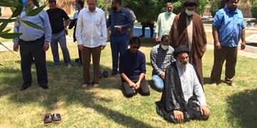 فیلم|نماز جماعت امام جمعه اهواز با کارگران نیشکر در پارک