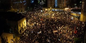 تظاهرکنندگان در قدس اشغالی خواستار استعفای نتانیاهو  شدند/مخالفان نتانیاهو: مردم در ورطه سقوط هستند، نتانیاهو در فکر تفریح در ابوظبی