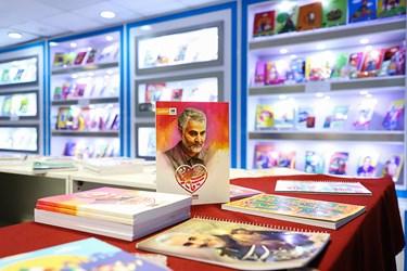 محصولات نوشت افزار با طرحی از شهید سردار سلیمانی در نمایشگاه سراسری ایران نوشت واقع در مجتمع شهدای انقلاب اسلامی