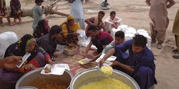 طبخ و توزیع  10 هزار غذا میان نیازمندان توسط گروه جهادی راهیان شهادت