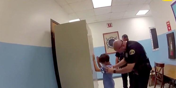 ویدئوی جنجالی از دستبند زدن پلیس آمریکا به دست کودک 8 ساله