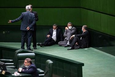 گفتگوی نمایندگان در حاشیه جلسه علنی مجلس ۲۲ مرداد ۹۹