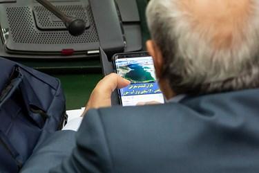 استفاده از موبایل توسط یکی از نمایندگان در جلسه علنی مجلس ۲۲ مرداد ۹۹