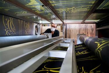 در این کارگاه، دستگاه چاپ روزانه مشغول کار است تا نقوش طراحی شده برروی پارچهها چاپ شود.