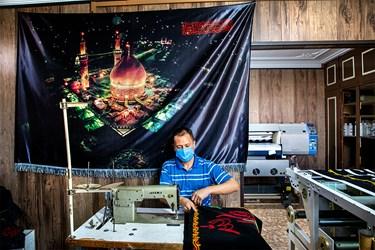 بعد از فرایند چاپ و برش، خیاطان این کارگاه دوخت لازم را برروی پرچمها میزنند.