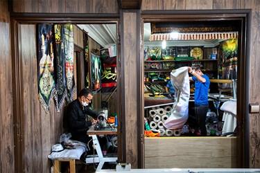 بعد از فرایند چاپ و برش، خیاطان این کارگاه دوخت لازم را برروی پرچمها میزنند و برای فروش تا زده و بسته بندی میکنند.