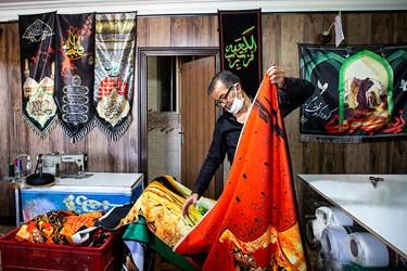 بعد از فرایند چاپ ، برش و دوخت طرح، پرچم های آماده شده  برای فروش تا زده و بسته بندی میشوند.