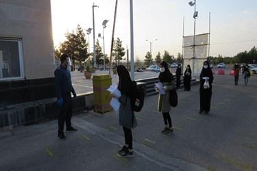 ورود داوطلبان به محل برگزاری کنکور سراسری در دانشگاه سمنان