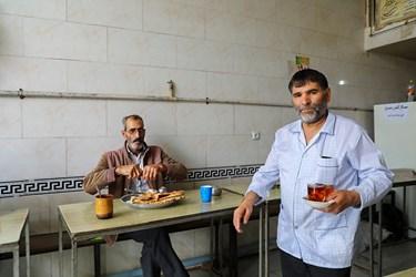 بعضی از کارگران برای صرف نهار و چایی از چایخانه کنار بنگاه استفاده میکنند.