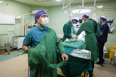 اتمام جراحی توسط دکتر محسن عالمی  و تعویض لباس ایزوله