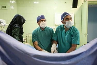 دکتر عالمی در حال انجام عمل جراحی در بیمارستان شهیدبهشتی همدان