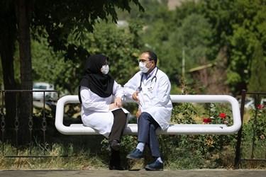 دکتر عالمی و دکتر ترکماناسدی بعد از یک روز شلوغ کاری برای دقایقی مشغول استراحت و صحبت در مورد احوال خود و فرزندانشان هستند