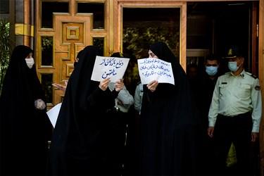 مطالبهگری تعدادی از شهروندان  تهرانی از کمکاری مسئولان شهری در مقابل ساختمان شورای شهر تهران