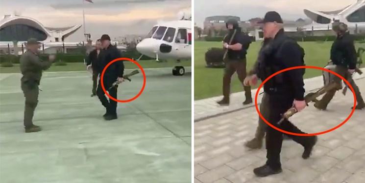 لوکاشنکو با جلیقه ضد گلوله و اسلحه به دست در خیابانهای مینسک