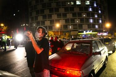 حاضران ضمن استماع زیارت عاشورا، عملیات نصب و رونمایی از دیوار نگاره جدید میدان ولیعصر(عج) را مشاهده میکنند.