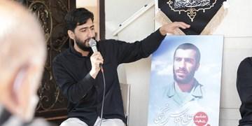فیلم| نوحه خوانی مداح جوان اراکی در منزل شهید نجفی