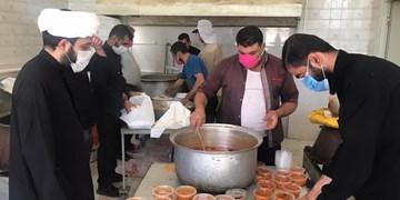 تداوم کمکهای مومنانه/ توزیع ۳۰۰۰ پرس غذای گرم میان نیازمندان  شیراز و خفردر عاشورای حسینی