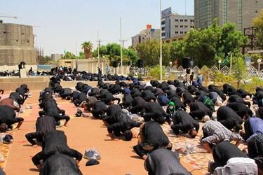 عکس| اقامه نماز ظهر عاشورا در بندرعباس