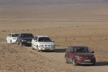 مردم با خودروهای شخصی به سمت کویر خوریان در حرکت هستند