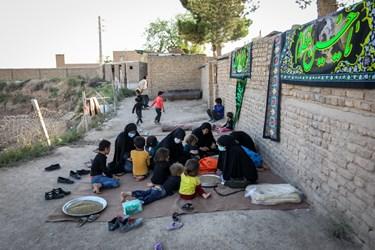 مراحل آمادهسازی پذیرایی روضه توسط گروه جهادی حنیفا در یکی از  کورههای آجرپزی خاورشهر تهران