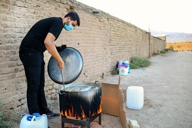 پخت غذا جهت  پذیرایی روضه توسط گروه جهادی حنیفا دریکی از  کورههای آجرپزی خاورشهر تهران