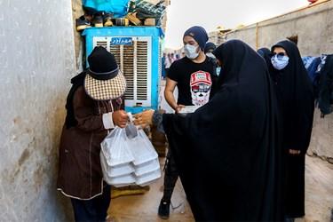 توزیع اطعام حسینی (ع) با رعایت پروتکلهای بهداشتی توسط گروه جهادی حنیفا دریکی از  کورههای آجرپزی خاورشهر تهران