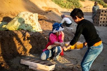 پذیرایی یکی از کودکان کوره های آجرپزی از کارگران مشغول به کار در کوره