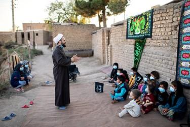 برگزاری کلاس آموزشی فرهنگی توسط حجت الاسلام مهدی اکبری معروف به حاجی روحانی برای کودکان کوره آجرپزی