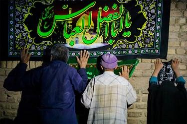 عرض ارادت ساکنان کوره های آجرپزی خاورشهر به پرچم حضرت اباعبدالله الحسین(ع)
