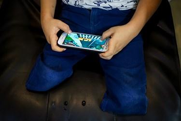محمد مهدی در حال بازی کردن با موبایل مادرش در کلینیک سینا