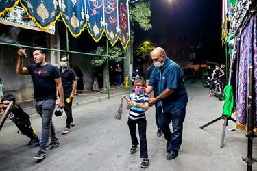 محمد مهدی به همراه پدرش محسن بخشی در دسته عزاداری در دهه اول محرم شرکت کرده است.