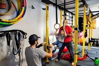 محمد مهدی به همراه مربی خود عباس دیانی قهرمان پاراآسیایی و جهان سه روز در هفته در خانه ورزش مهرآیین تمرین میکند.