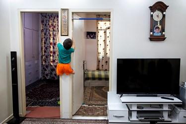 محمد مهدی با وجودنداشتن پا به راحتی قادر به ورزش کردن است و با امکانات موجود در منزل تمرین میکند.