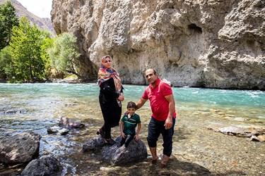 محمد مهدی به همراه پدر و مادرش در جاده چالوس