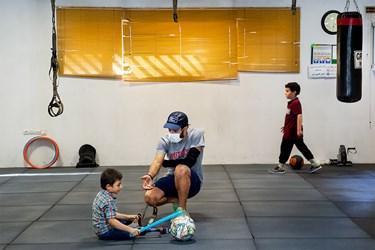 محمد مهدی به همراه مربی خود عباس دیانی قهرمان پارآسیایی و جهان سه روز در هفته در خانه ورزش مهرآیین تمرین میکند.