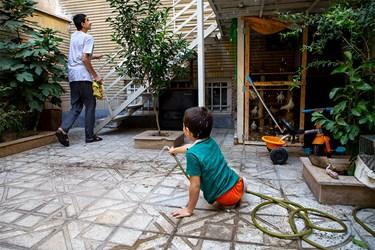 محمدمهدی در حال آببازی با برادرش آرین در حیاط منزلشان